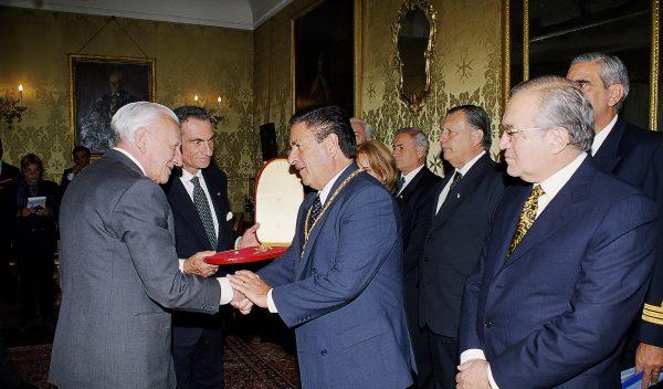 Argentinian President Eduardo Duhalde visits the Grand Master