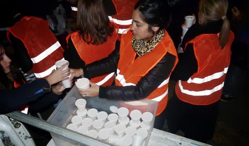 Freiwillige Helfer in Buenos Aires mit einer mobilen Suppenküche ...